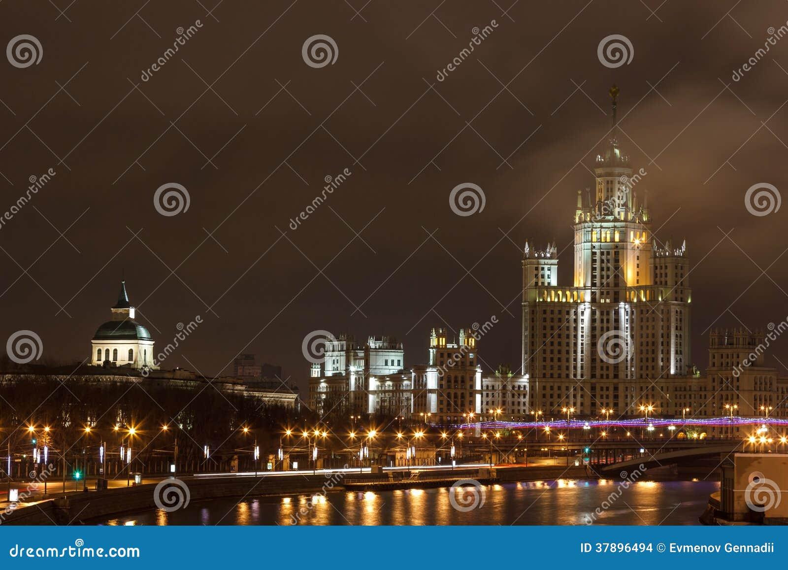 Nachtstad, de wolkenkrabber van Moskou