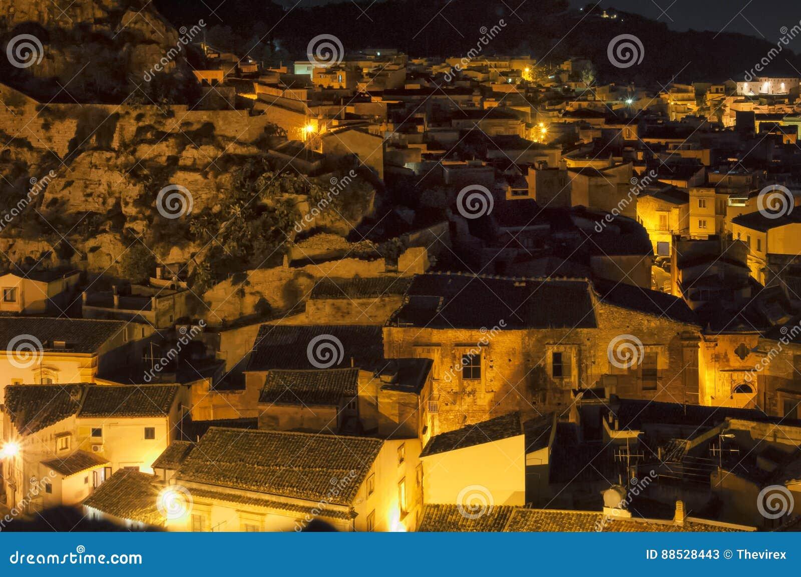 Nachtstraat, Scicli, Sicilië, Italië