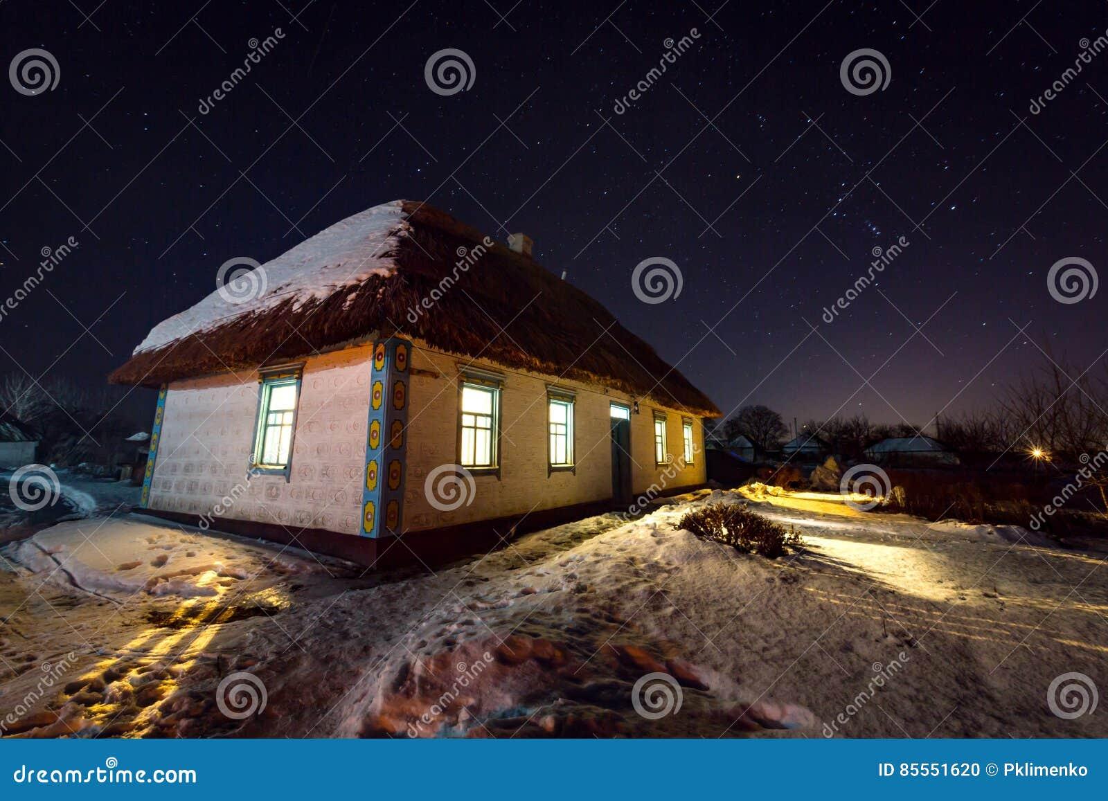 Nachtszene mit altem Haus