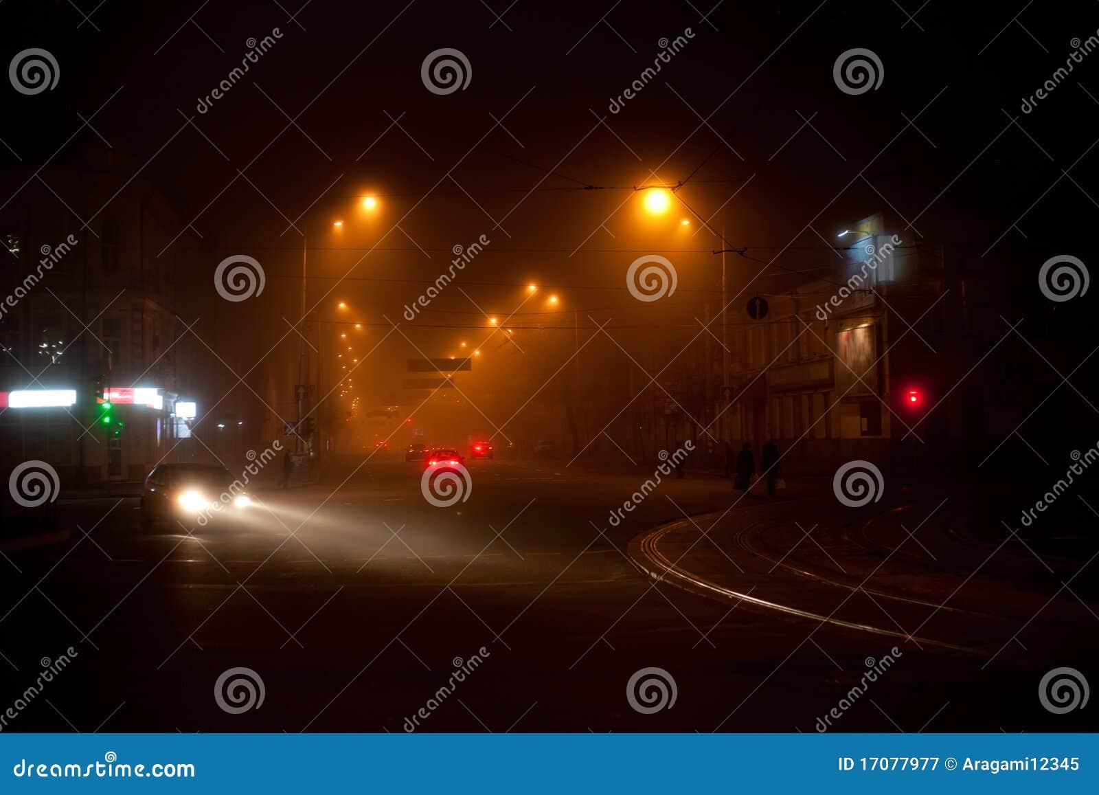Nachtszene mit bewegliches carsand gehenden Leuten