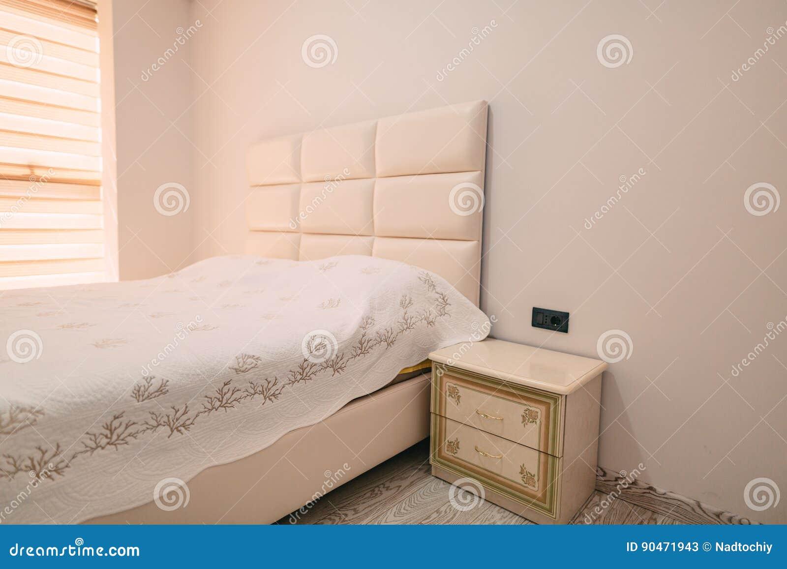Nachttisch Im Schlafzimmer Nahe Bei Bett Stockbild - Bild von ...