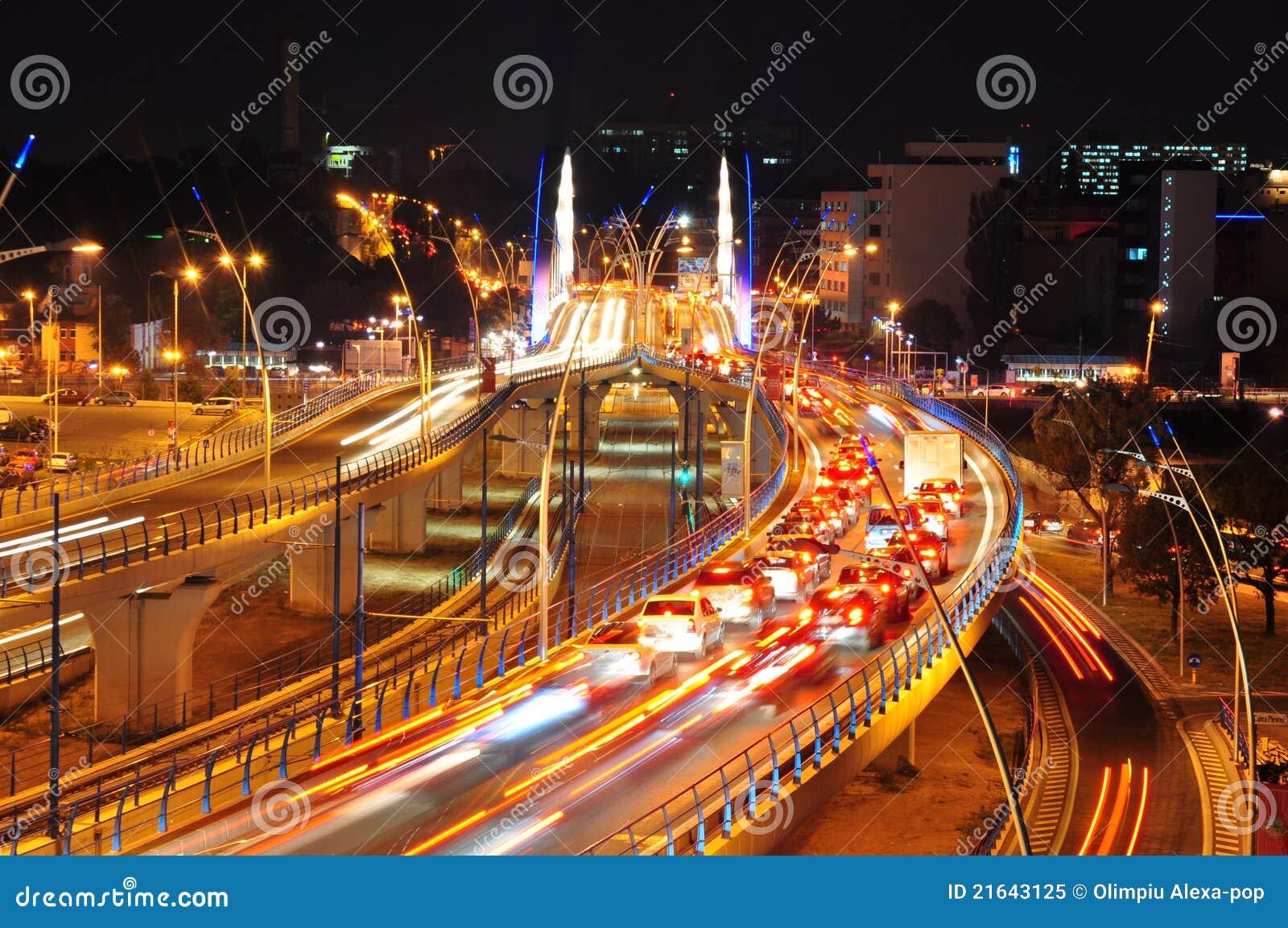 Nachtverkehr auf Basarab Brücke, Bucharest