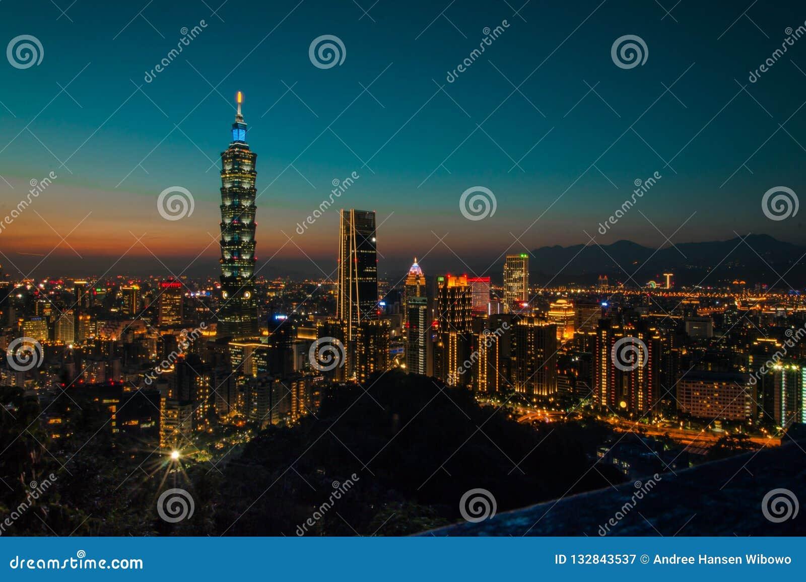 Nachtweergeven van helder Lit Cityline van Taipeh, Taiwan