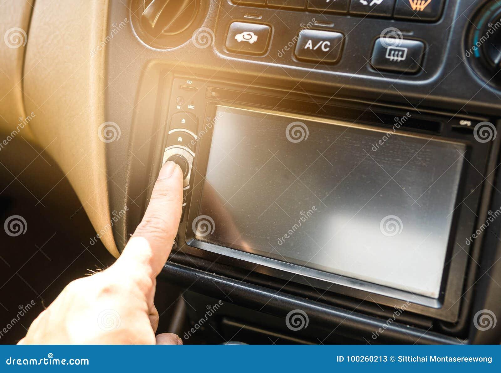 Naciska władza guzika na samochodowym stereo