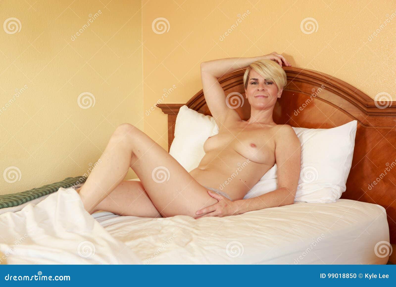 nackte blondine im hotel zimmer