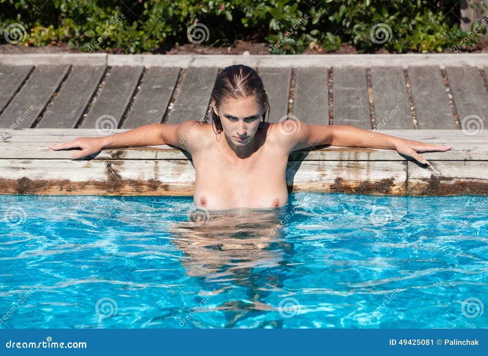 Mädchen nackt beim baden