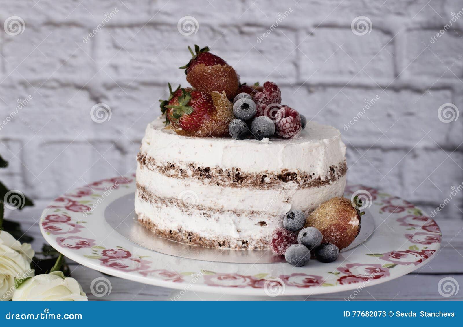nackter kuchen mit karamellisierten fr chten erdbeeren blaubeeren himbeeren. Black Bedroom Furniture Sets. Home Design Ideas