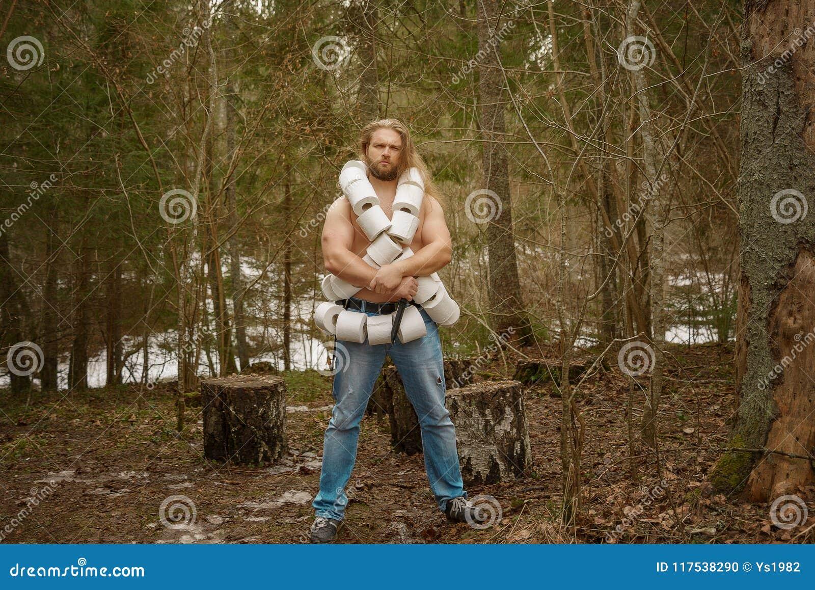 Nackter mit WC-Papier in einem Wald