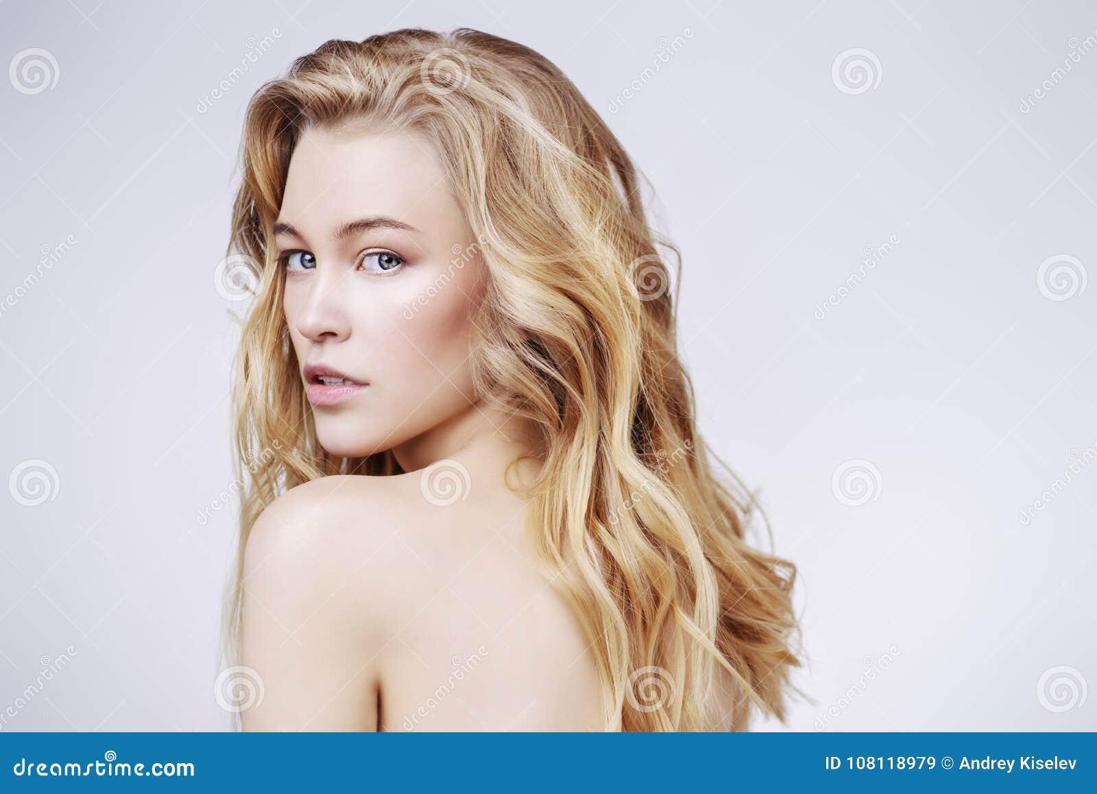 Nacktes blondes mädchen