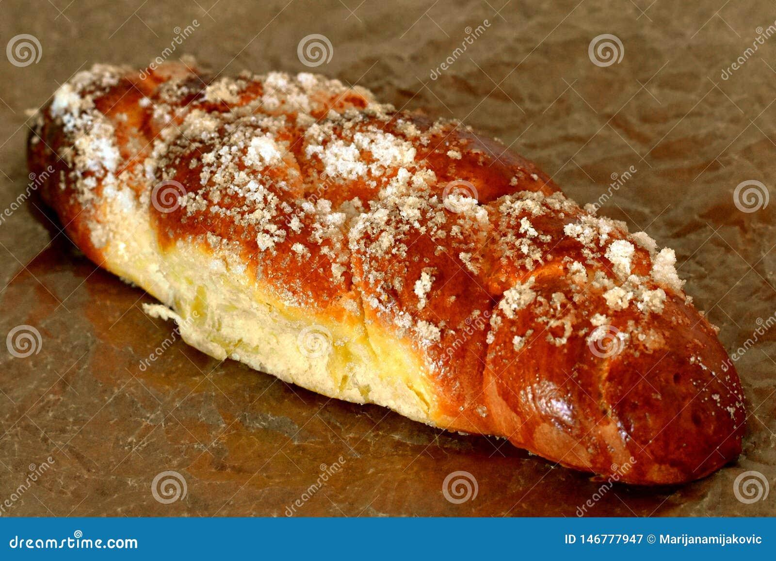 Naco do pão doce com açúcar branco de cristal na parte superior