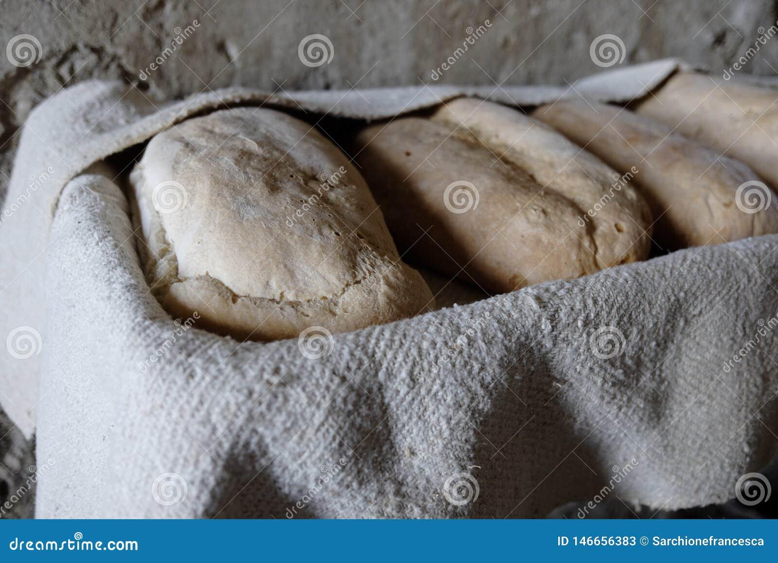 Nacos do pão caseiro cozidos recentemente