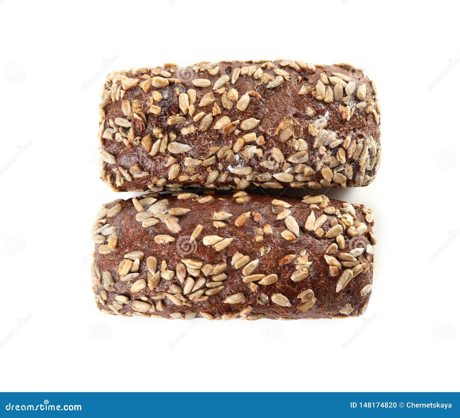 Nacos do p?o de centeio com as sementes de girassol isoladas no branco