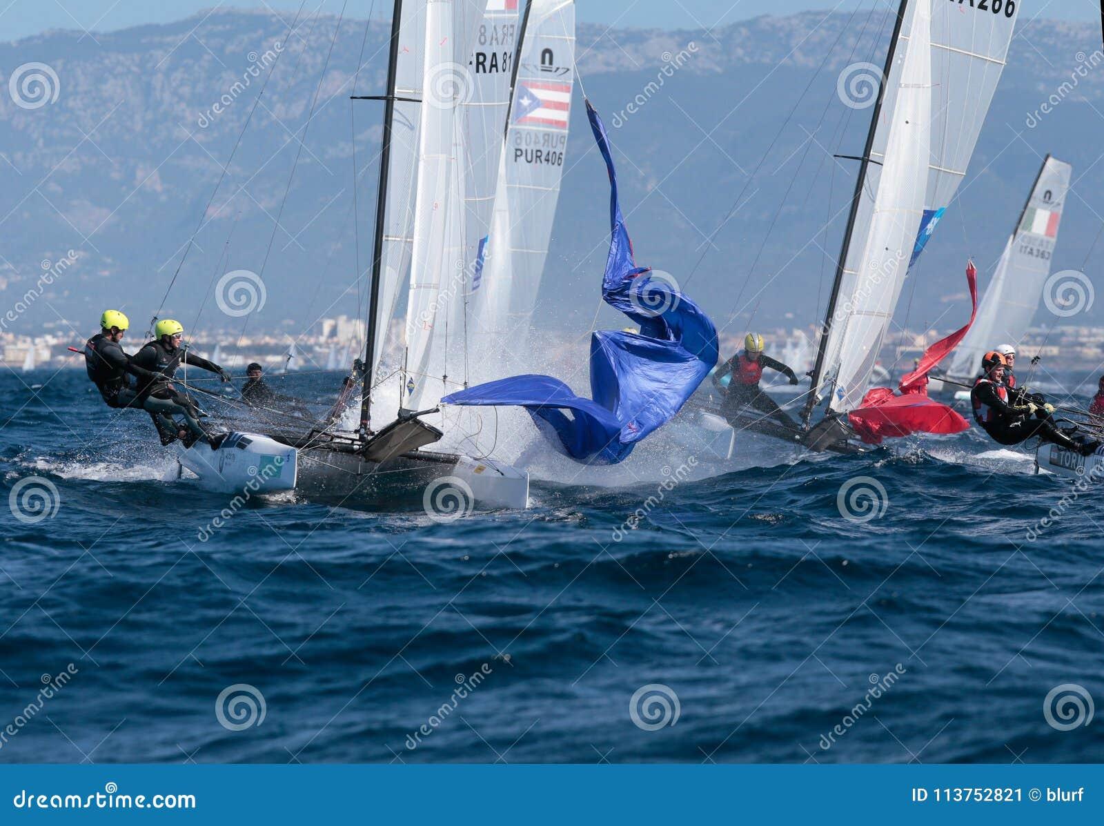 Nacra grupuje żeglowanie podczas regatta w Mallorca szczególe