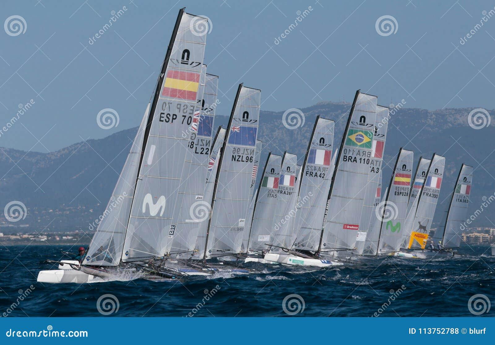 Nacra klasy żeglowanie podczas regatta zaczynać