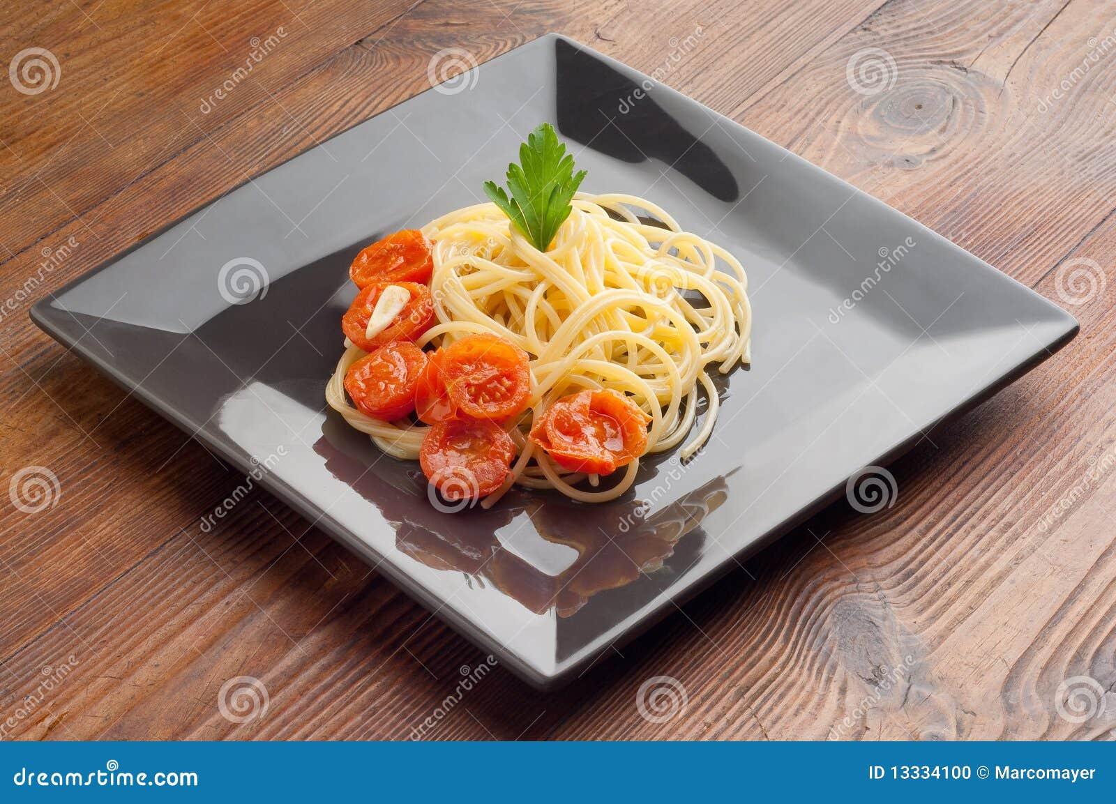 Naczynia świezi spaghetti pomidory