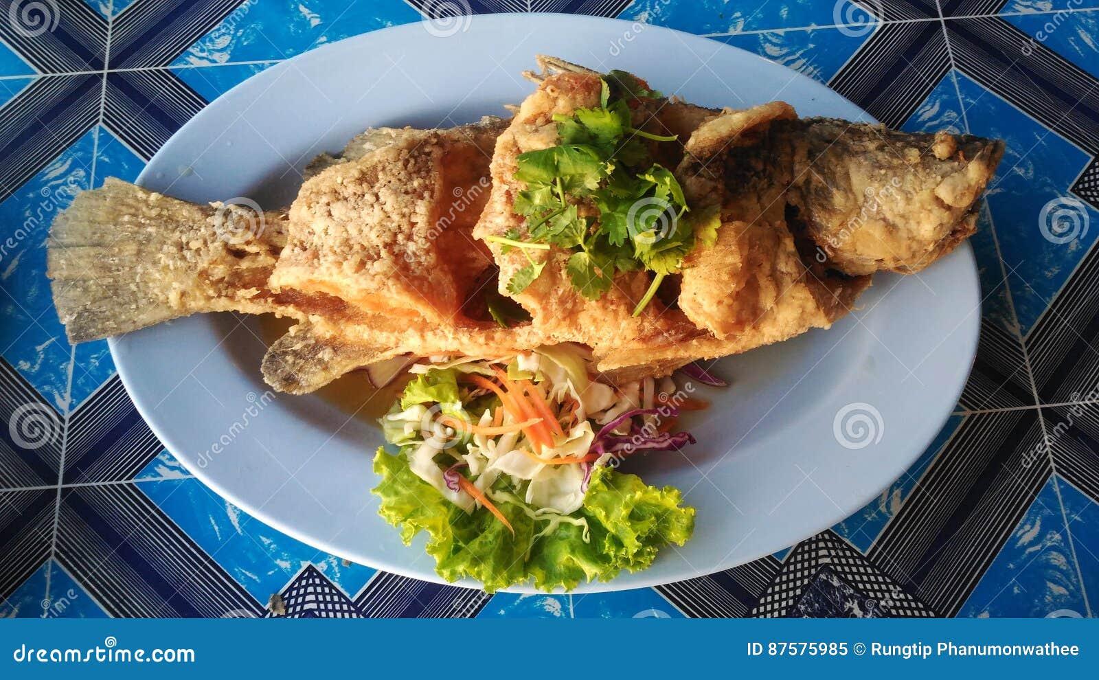 Naczynie crispy Tajlandzkiego stylu dennego basu głęboka smażąca cała ryba słuzyć