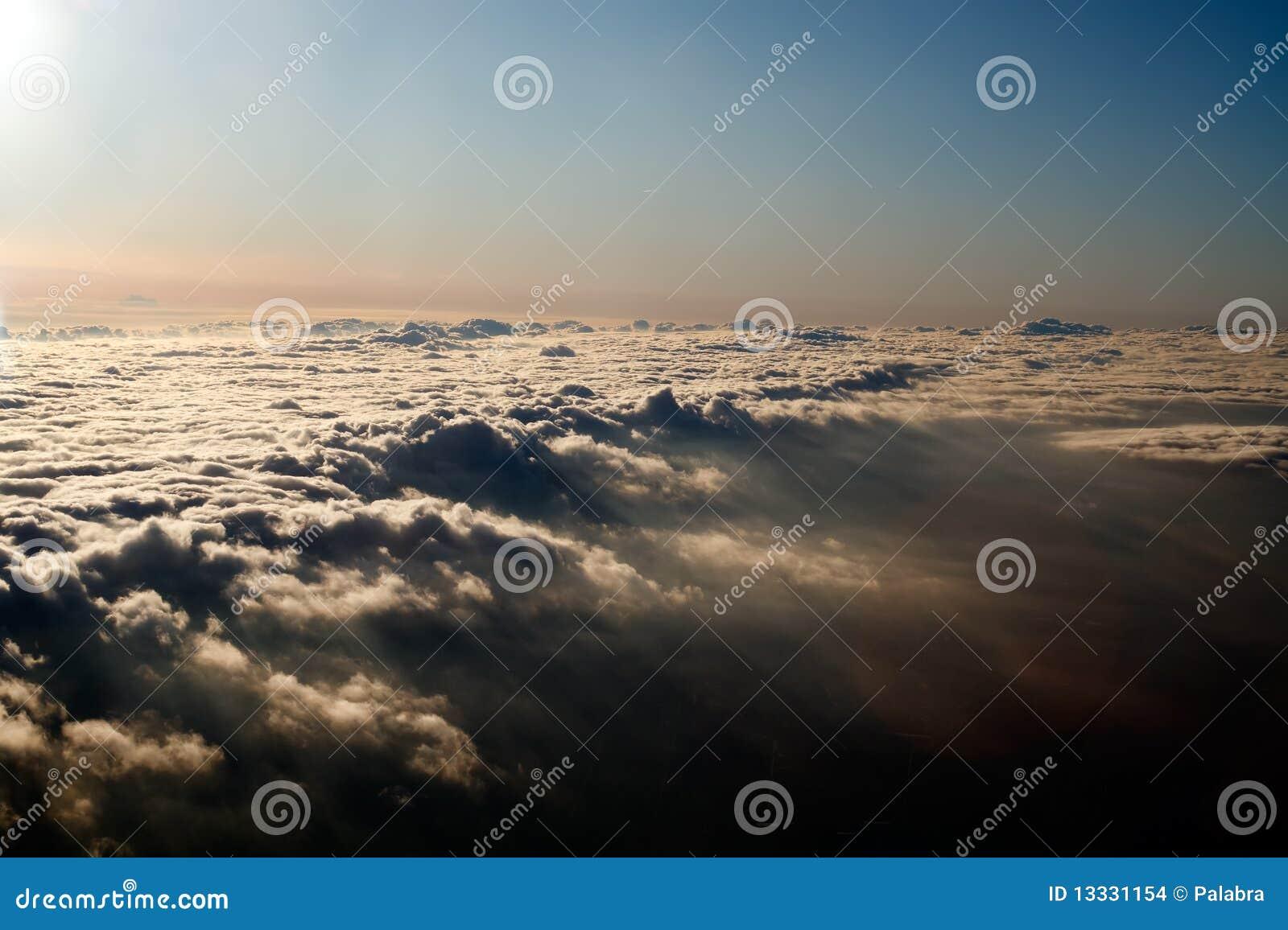 Nad antena koc chmurnieje widok