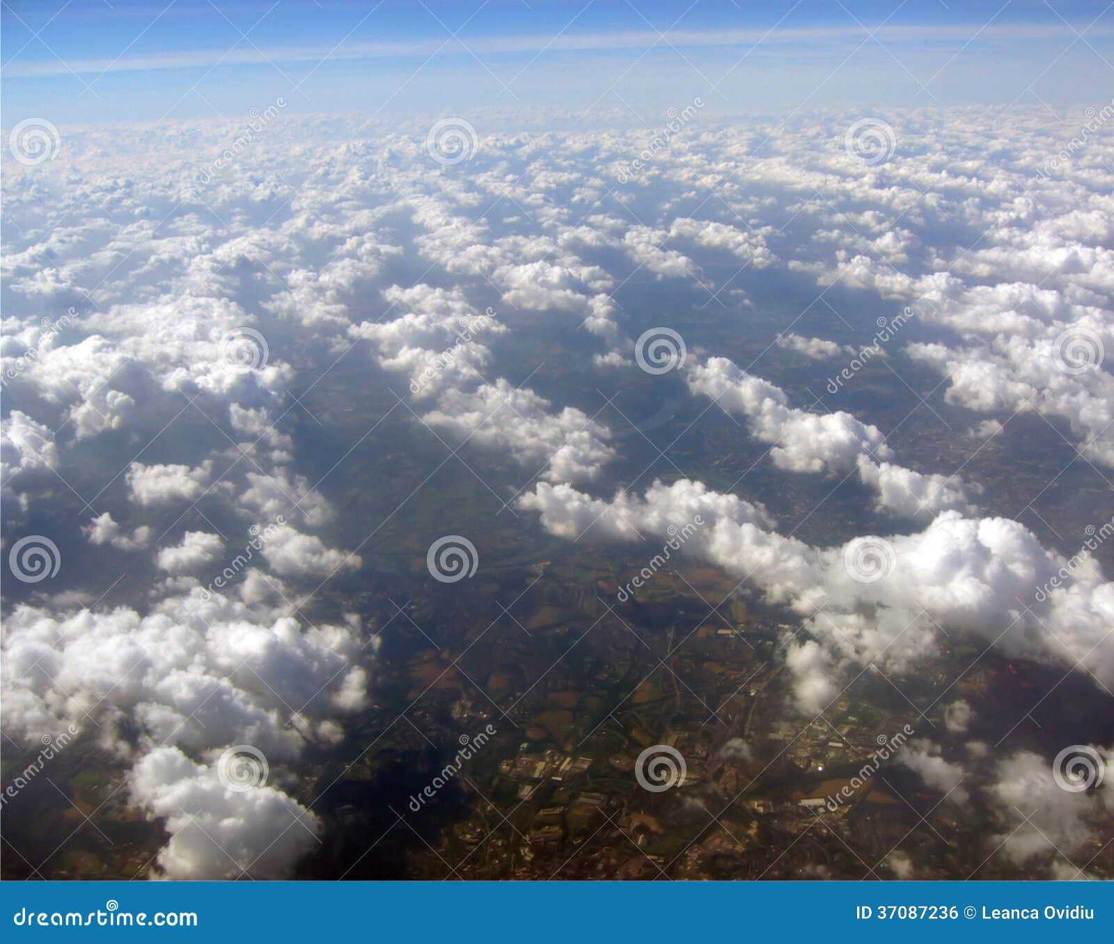 Download Nad chmury zdjęcie stock. Obraz złożonej z scena, cumulus - 37087236