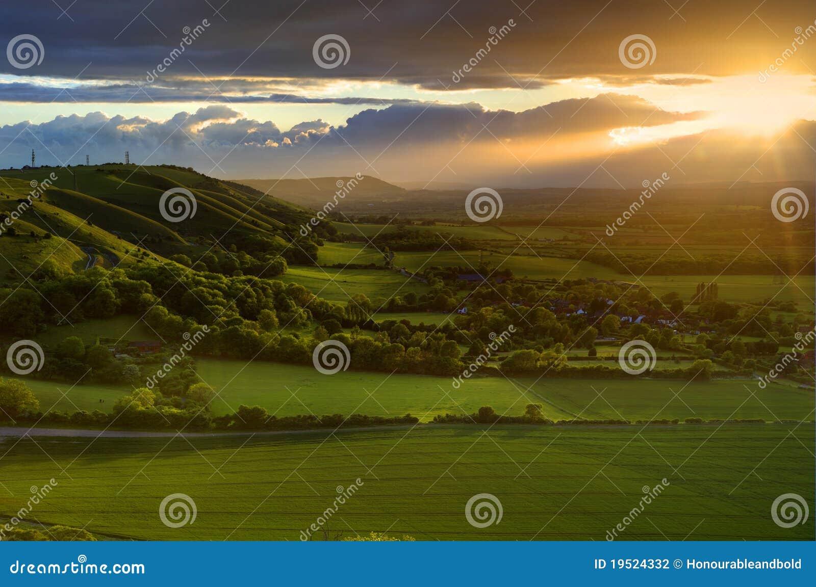 Nad lato oszałamiająco zmierzchem wieś krajobraz