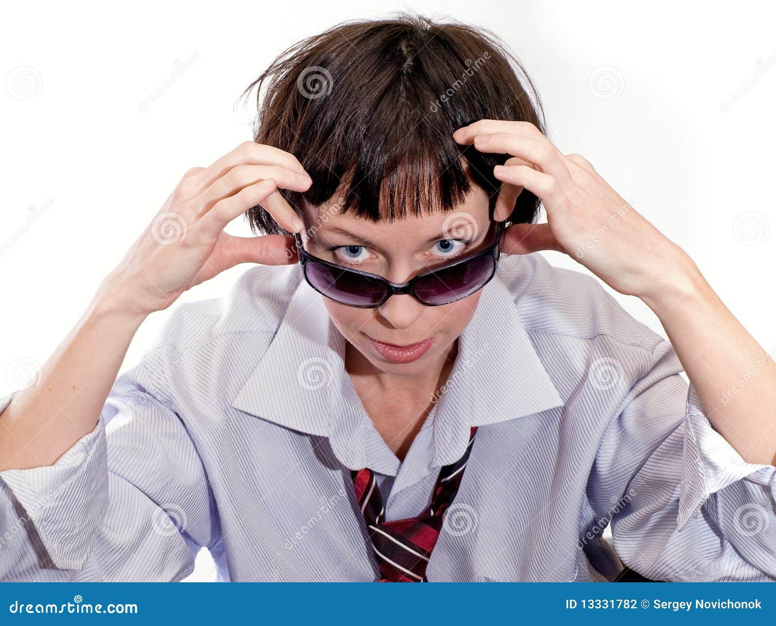 Nad okulary przeciwsłoneczne dziewczyn spojrzenia