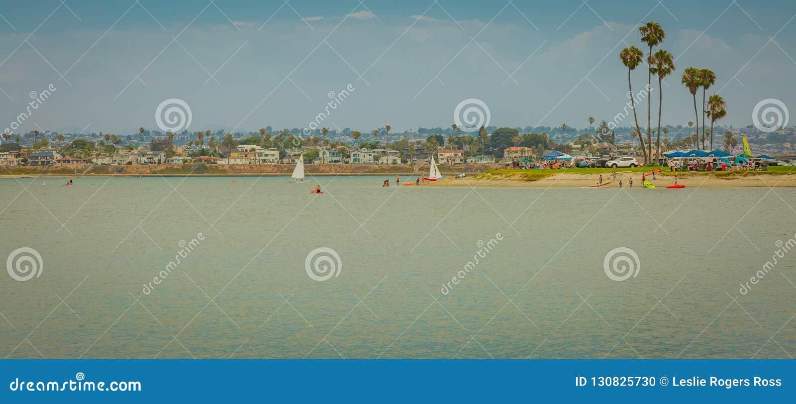 Nad wodą i wyspa z łodziami