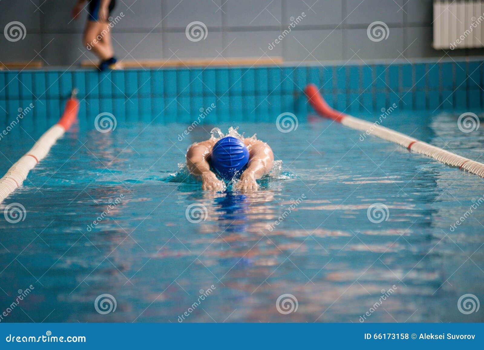 Nadadas profissionais do nadador do homem
