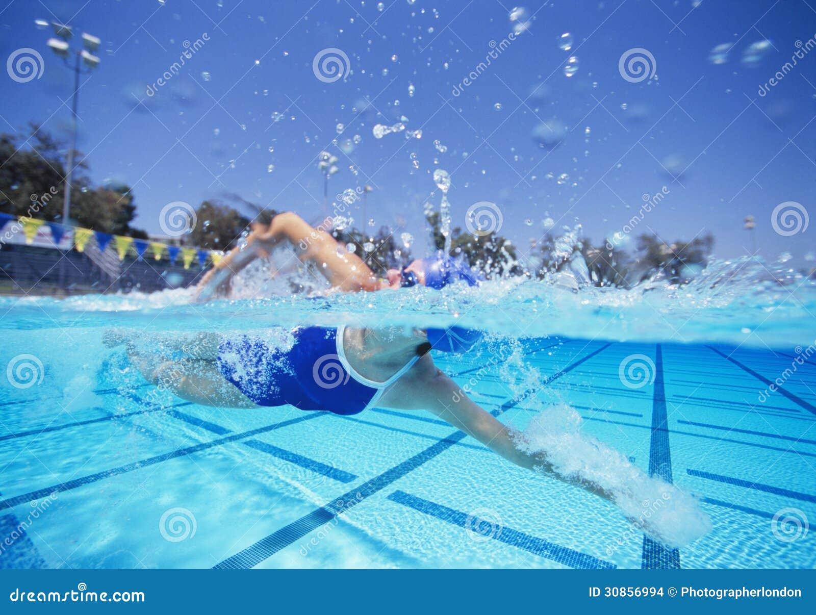 Nadador de sexo femenino en la nataci n del traje de ba o for Videos porno sexo en la piscina