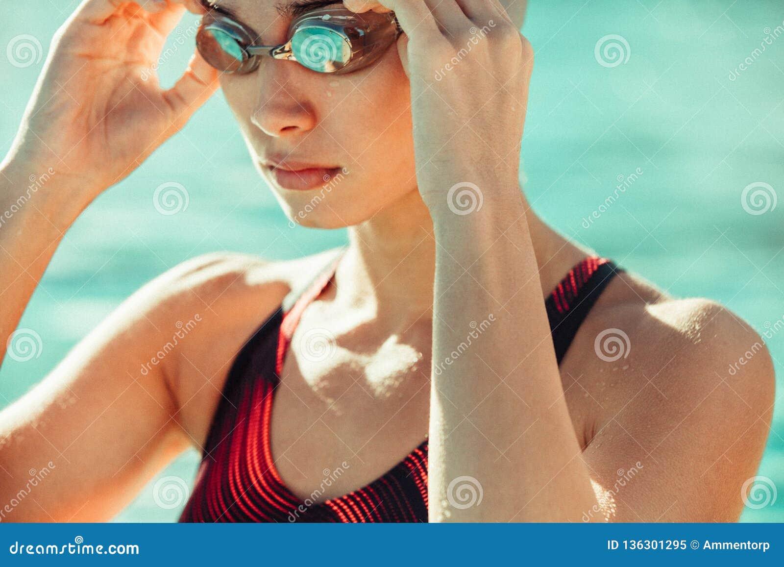 Nadador de sexo femenino listo para nadar