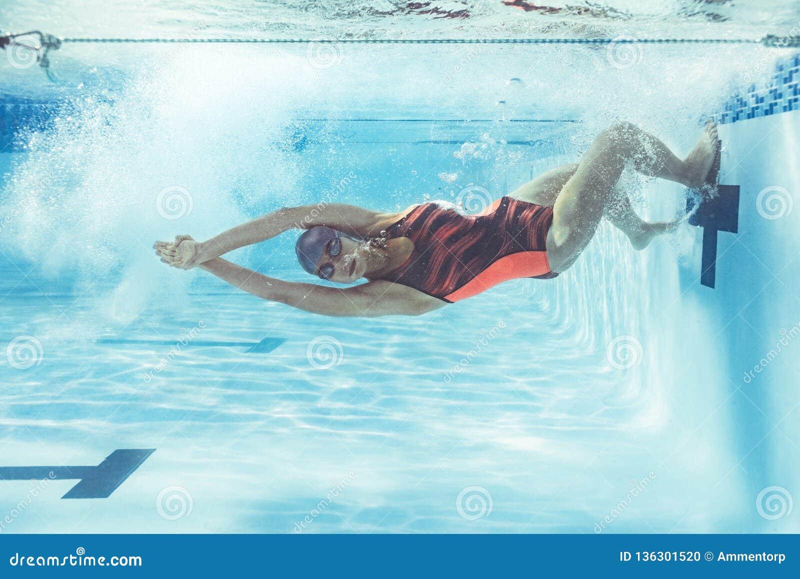 Nadador en la acción dentro de la piscina
