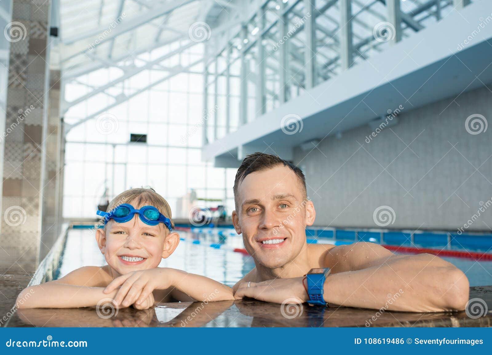 Nadador pequeno e seu treinador considerável