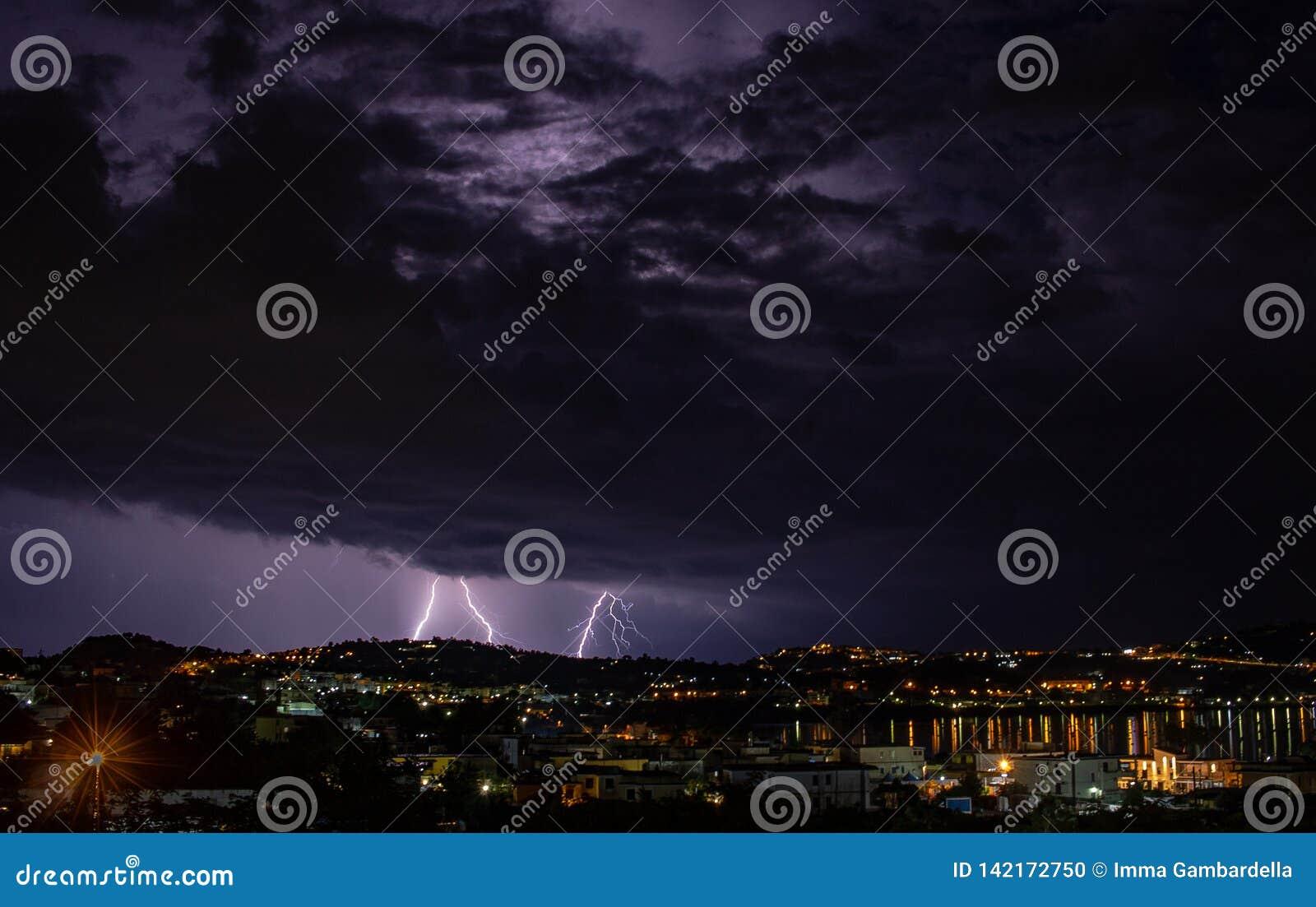 Nadchodząca burza iluminuje miasto