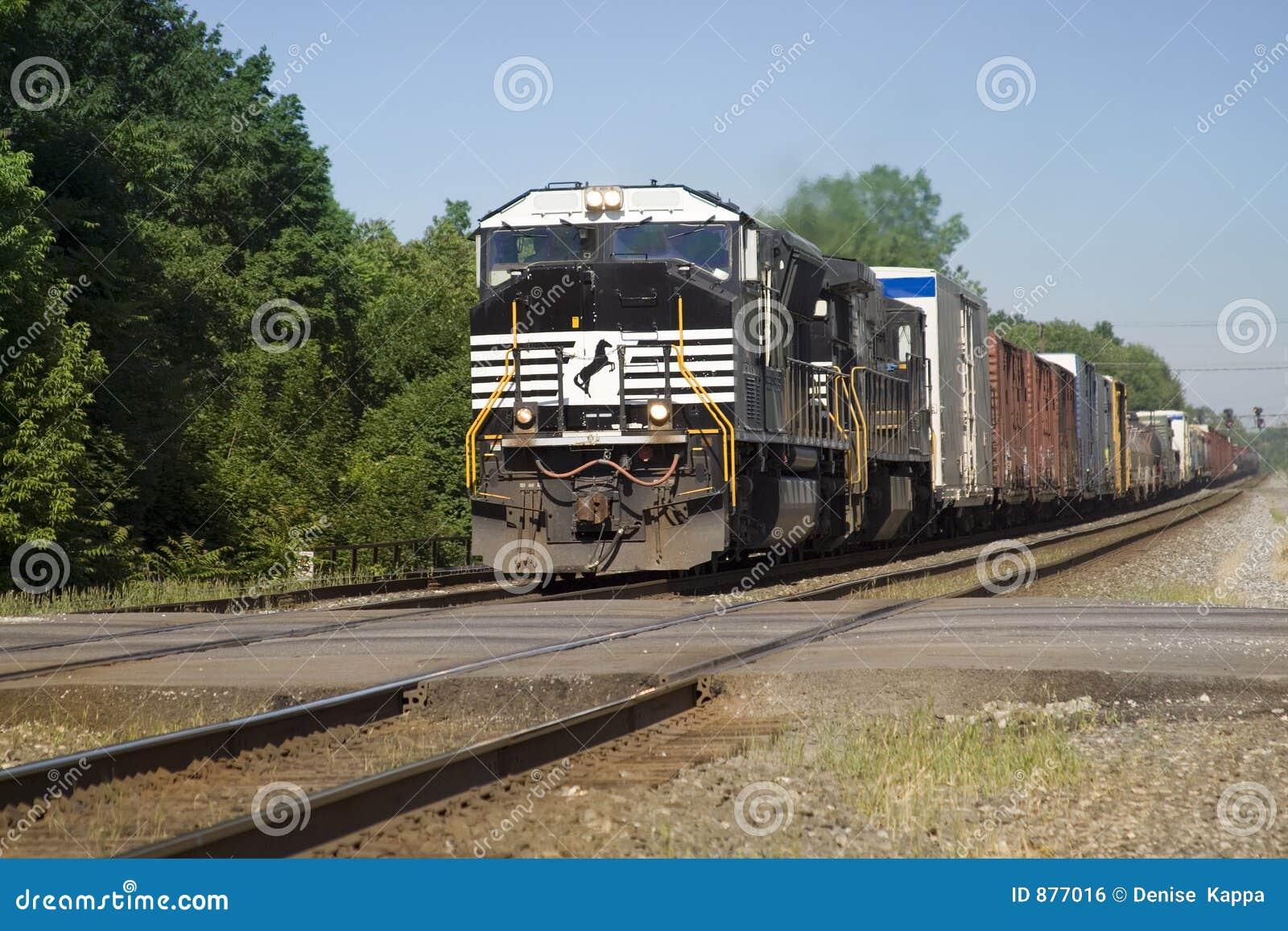 Nadchodzący pociąg towarowy