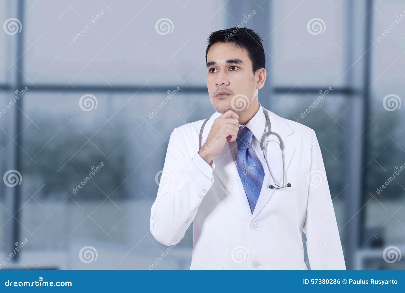 Nadenkende arts met hand op kin