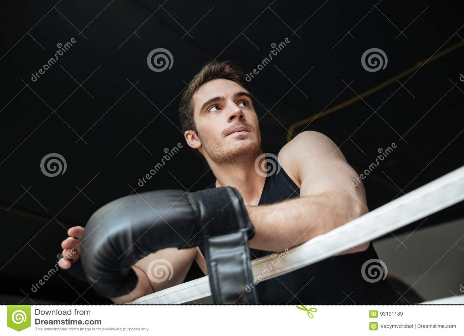 Nadenkende sportman die zich op ring bevinden