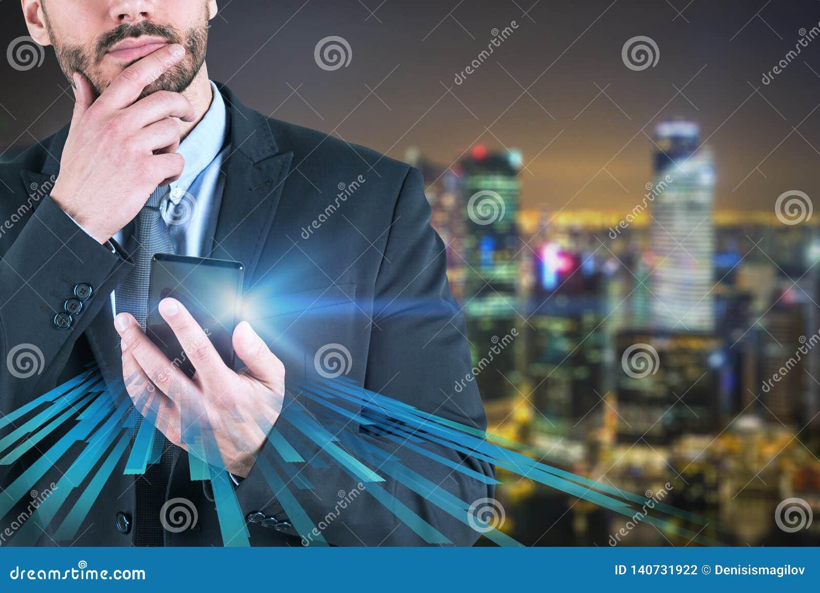 Nadenkende zakenman met telefoon in nachtstad