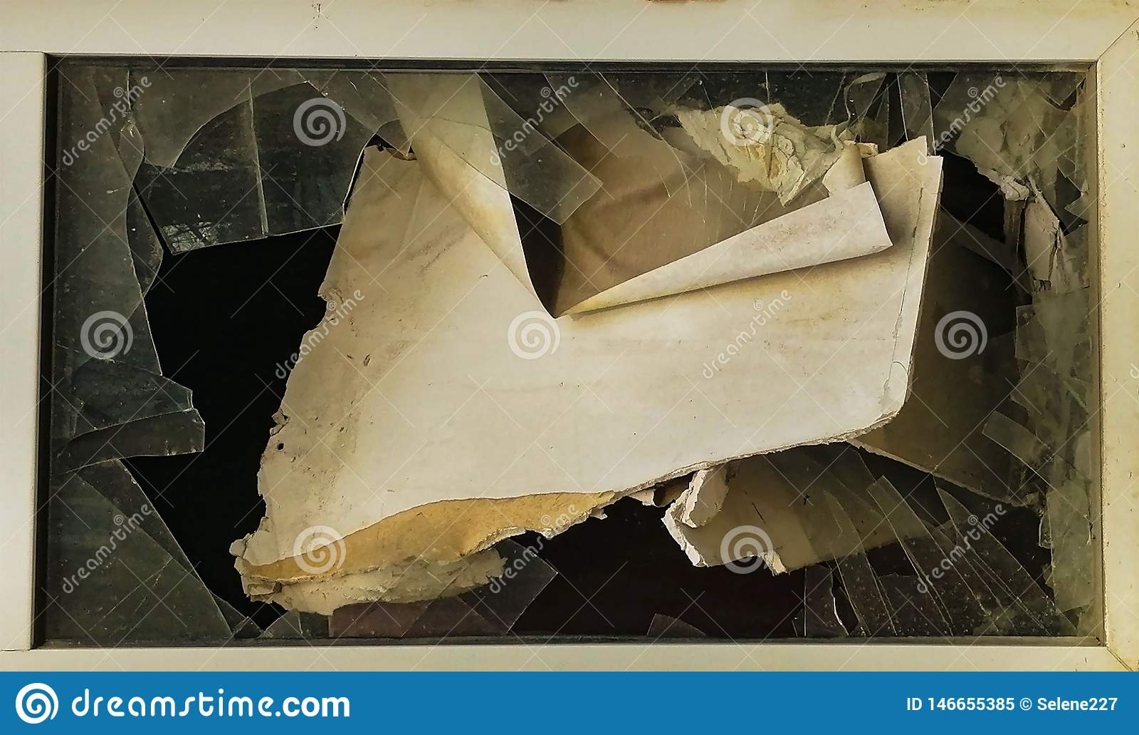 Nadokienny szkło w rujnującym domu