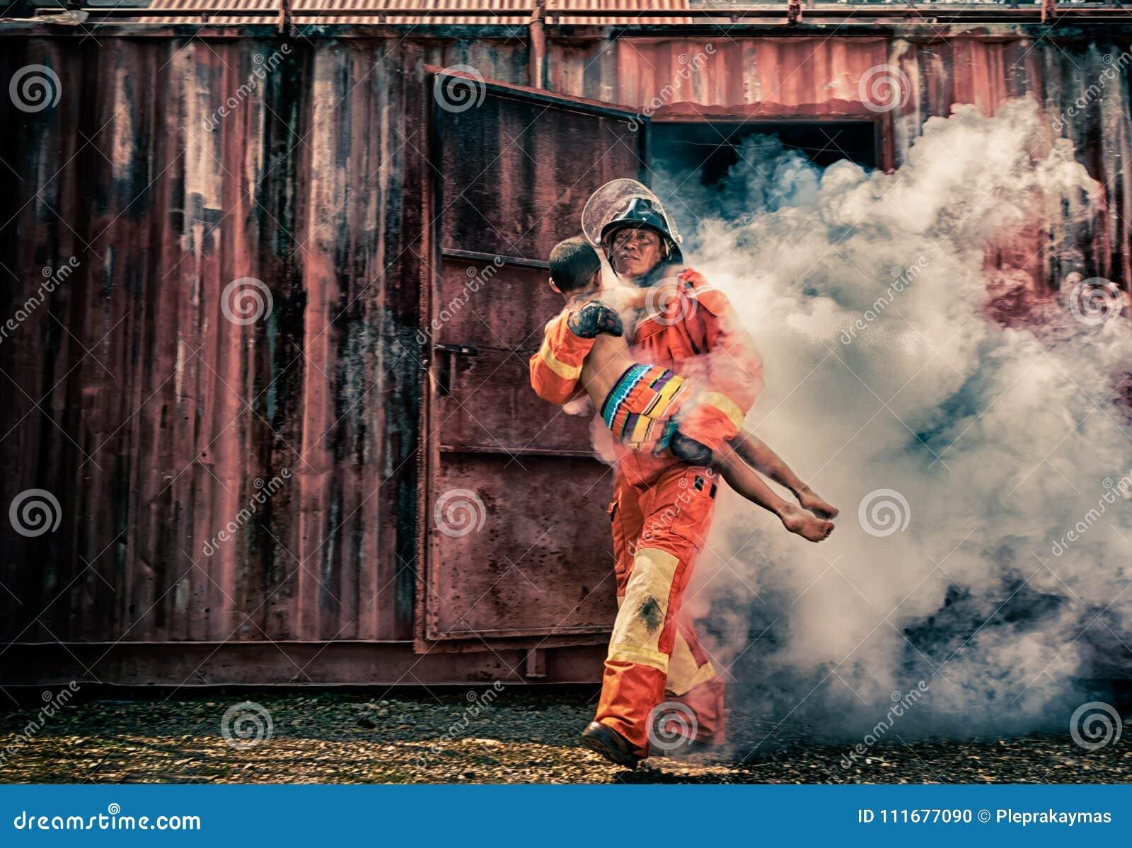 Nagłego wypadku ogienia ratuneku szkolenie, strażacy save chłopiec od bu