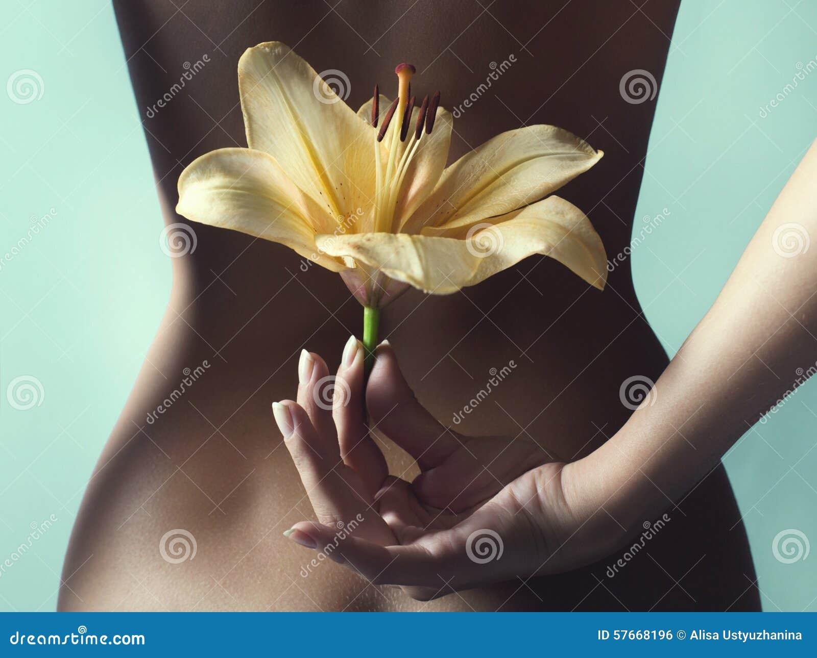 Naga dziewczyna trzyma kwiatu