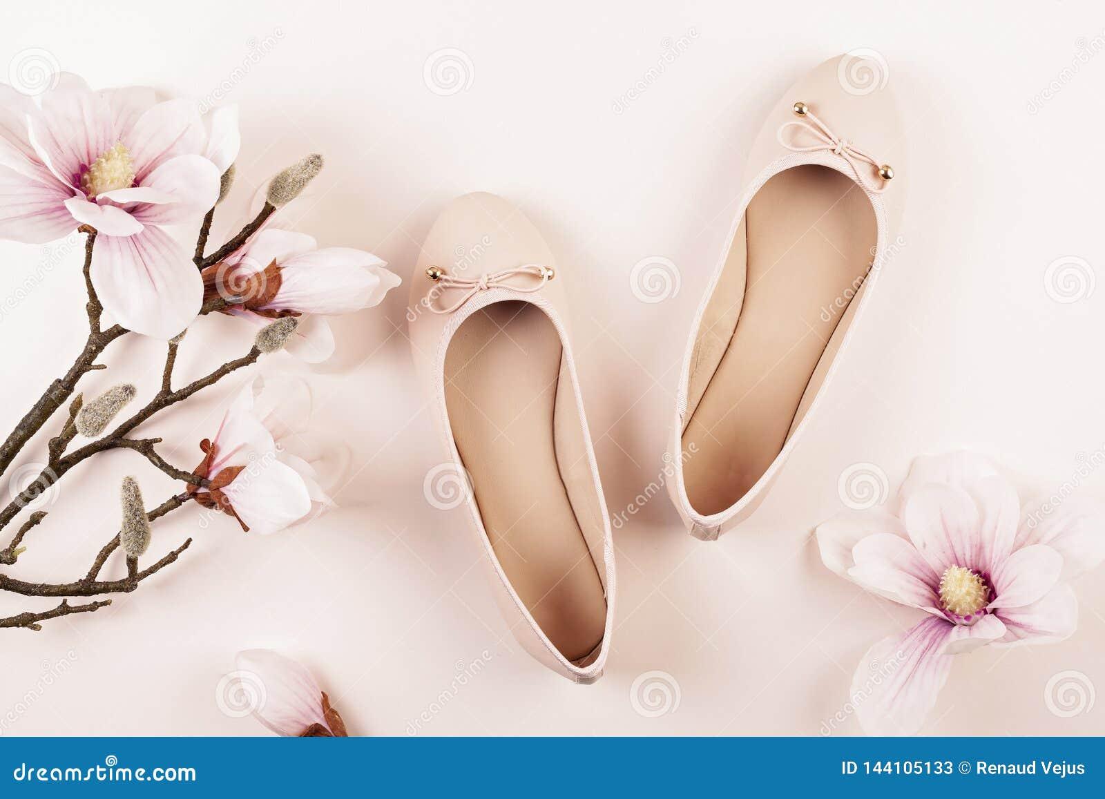 Naga postać barwiący balerina buty i magnolia kwiaty