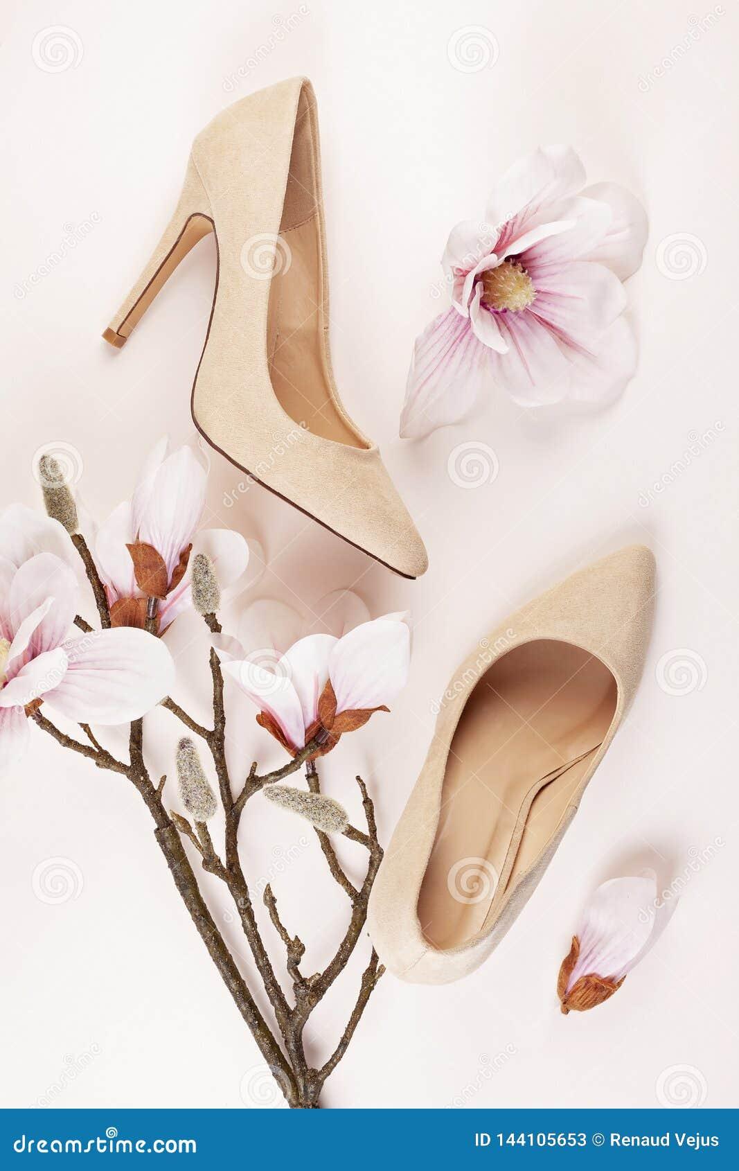 Naga postać barwiący szpilki buty i magnolia kwiaty