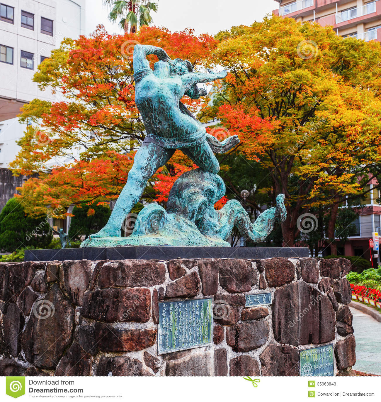 Nagasaki, Japón - 14 de noviembre de 2013: Escultura c de la muchacha y del pulpo