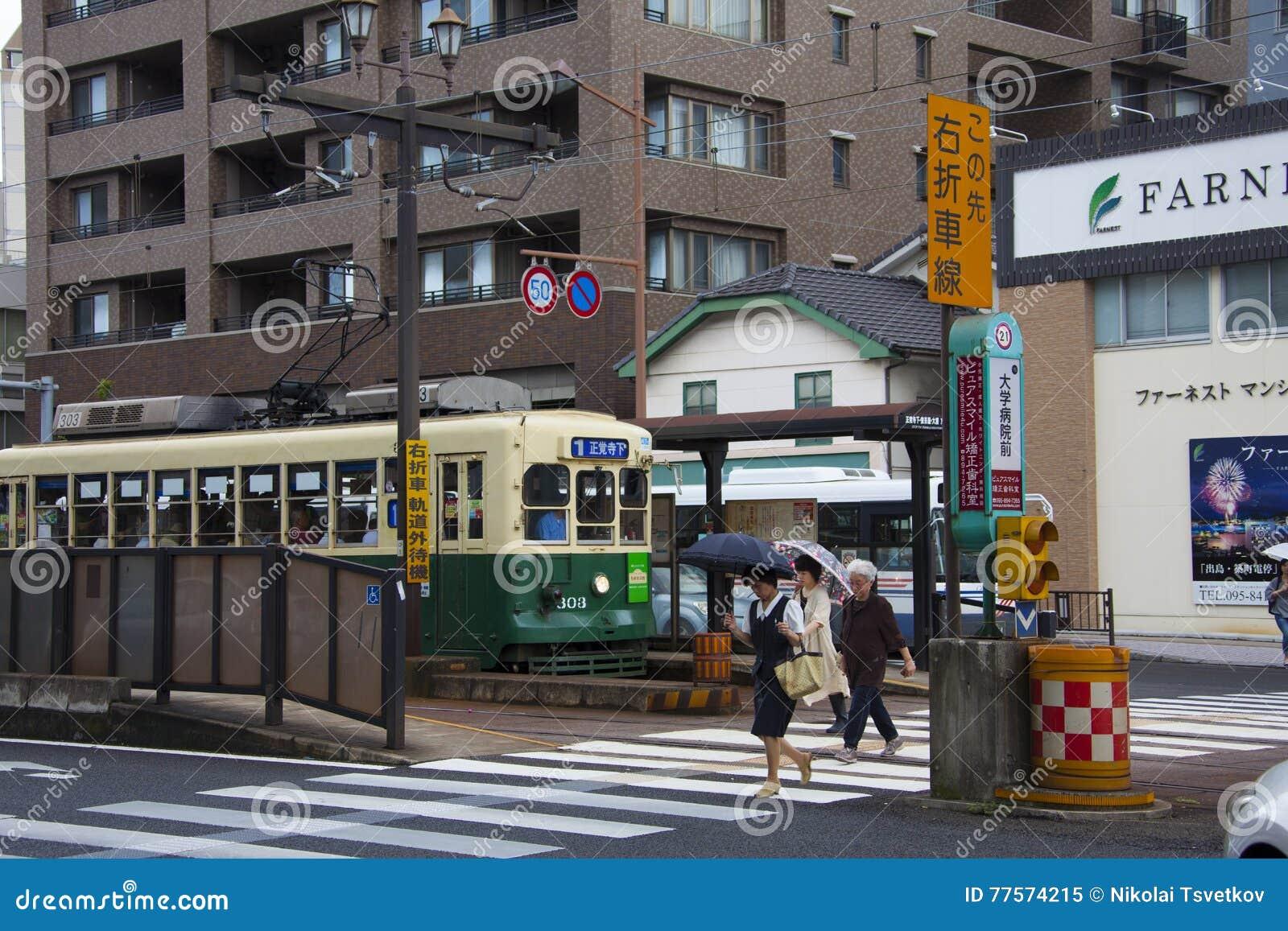 NAGASAKI, JAPAN - 19 Augustus, 2015 auto s en uitstekende tram op r