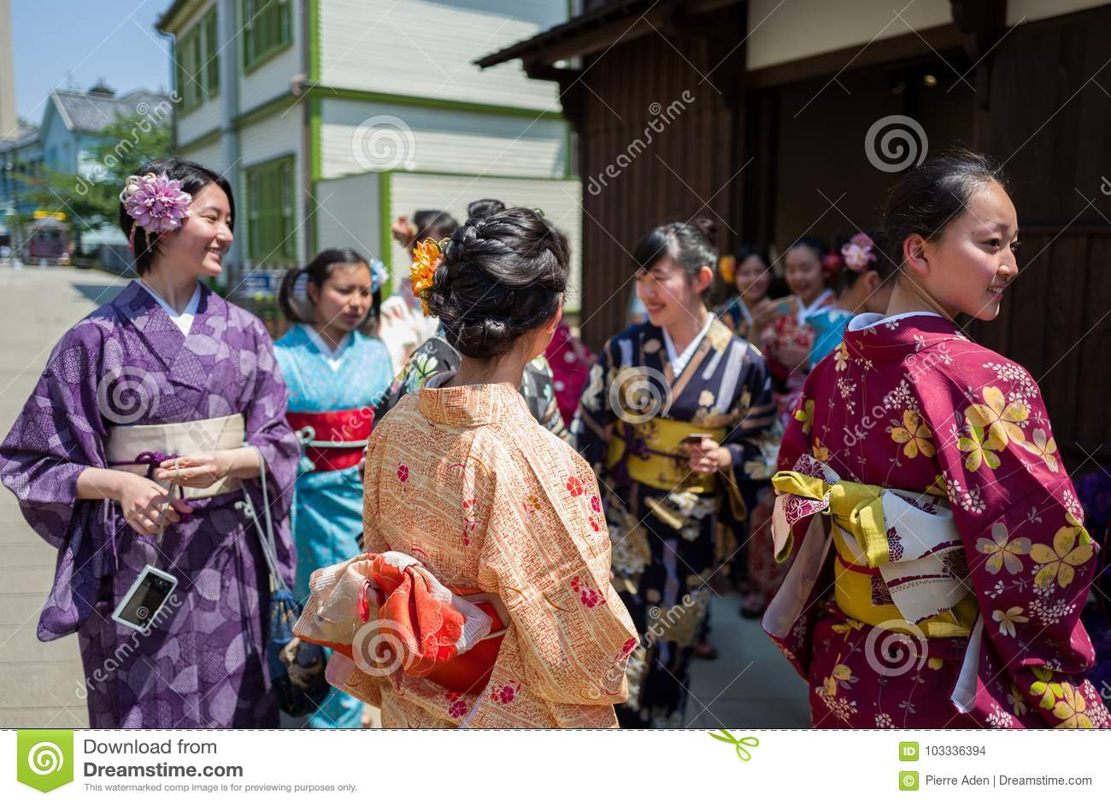 Nagasaki, Japan - Mei 18: Het niet geïdentificeerde schoolmeisje s in traditionele kleren heeft binnen pret in Dejima op 18 Mei,