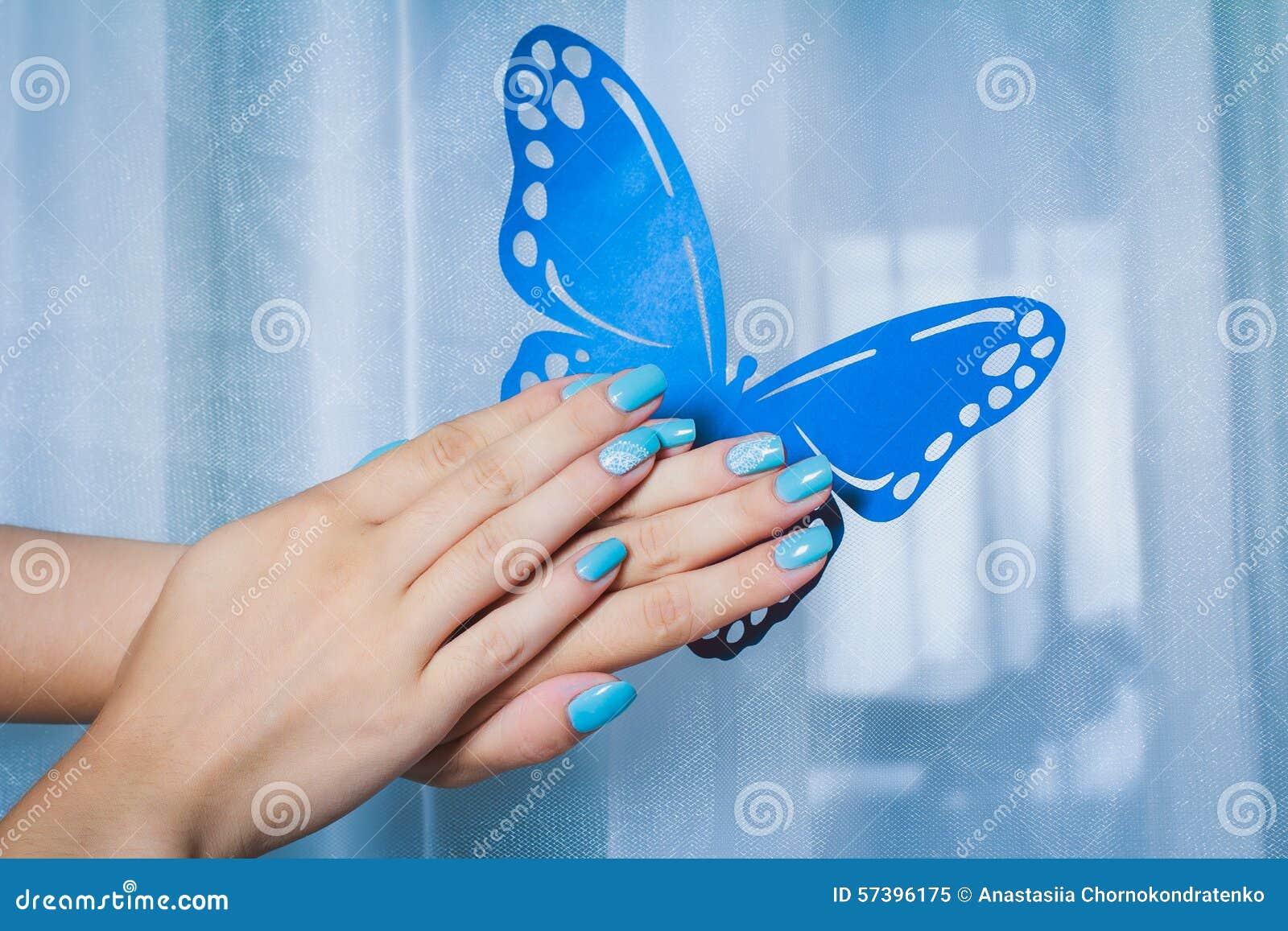 Nageln Sie Kunst Mit Blauem Hintergrund Und Weißer Spitze Stockbild ...