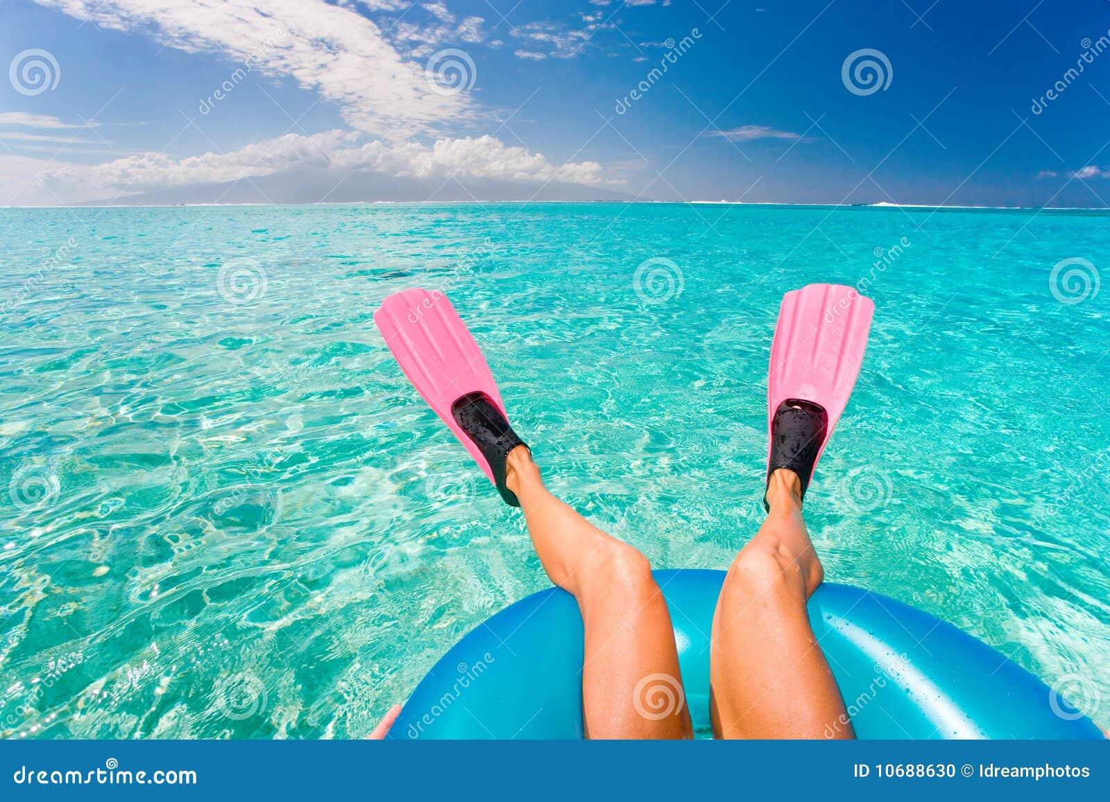 Nageoires de femme d amusement de plage