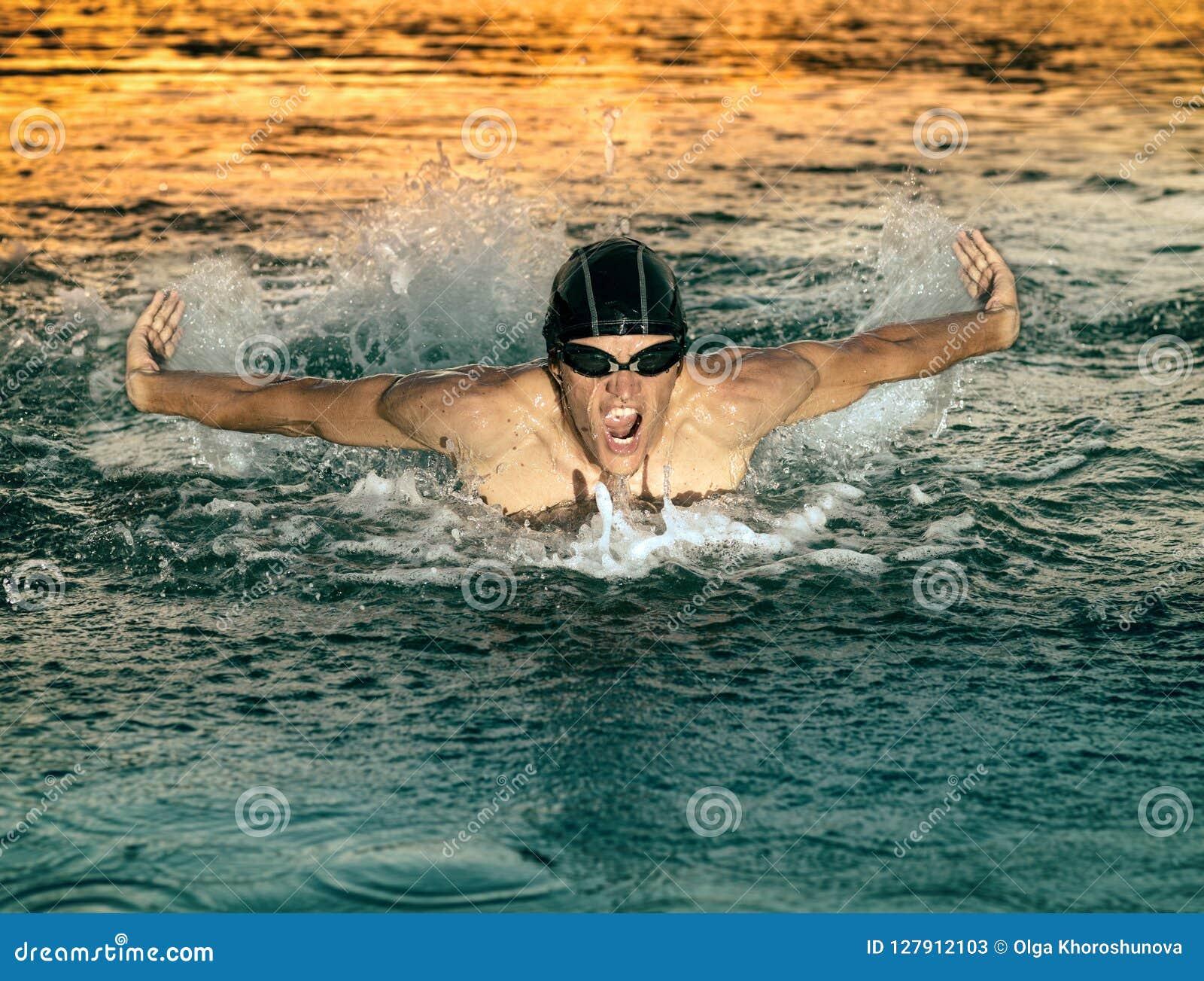 Nageur respirant pendant le papillon de natation