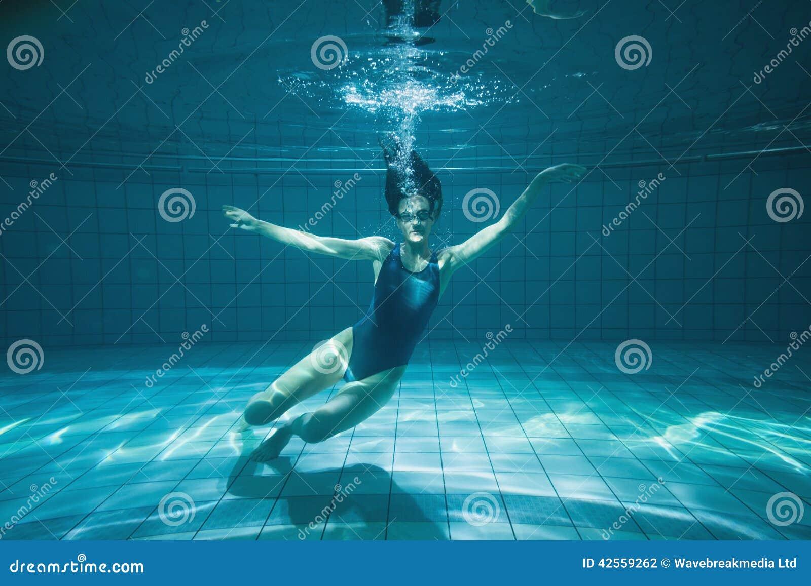 nageur sportif souriant l 39 appareil photo sous l 39 eau photo stock image du femme personne. Black Bedroom Furniture Sets. Home Design Ideas