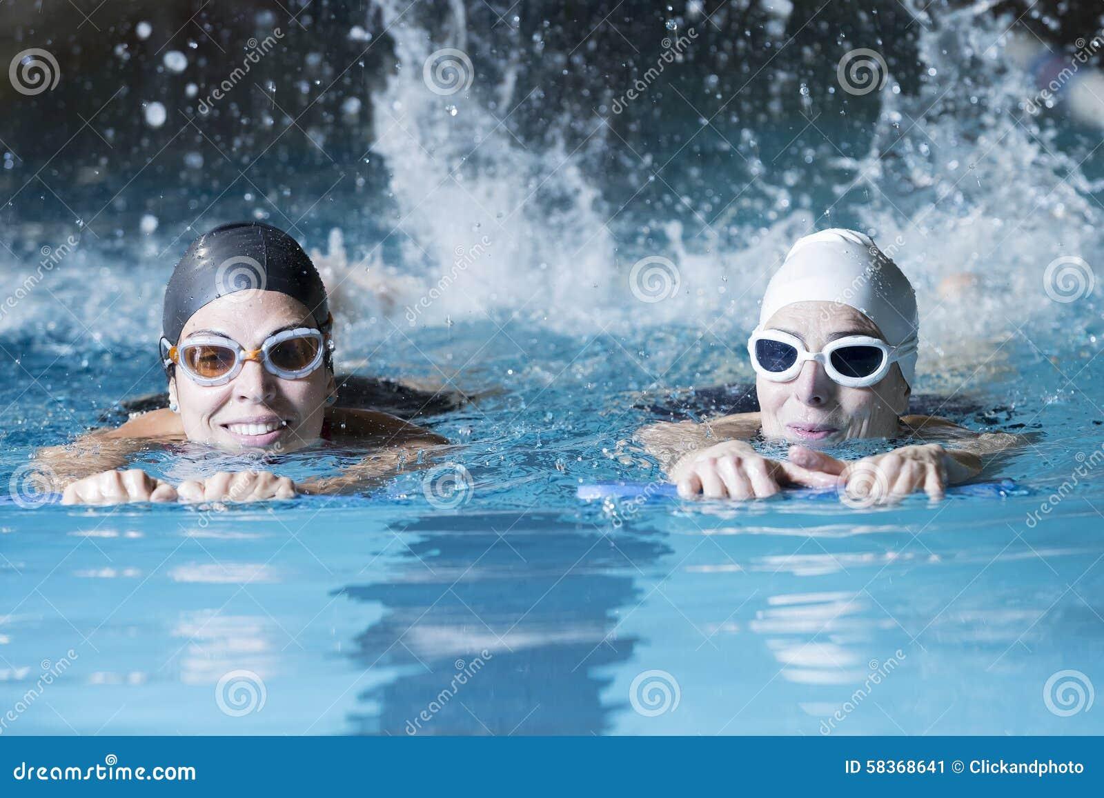 Nageurs nageant avec un conseil de bain