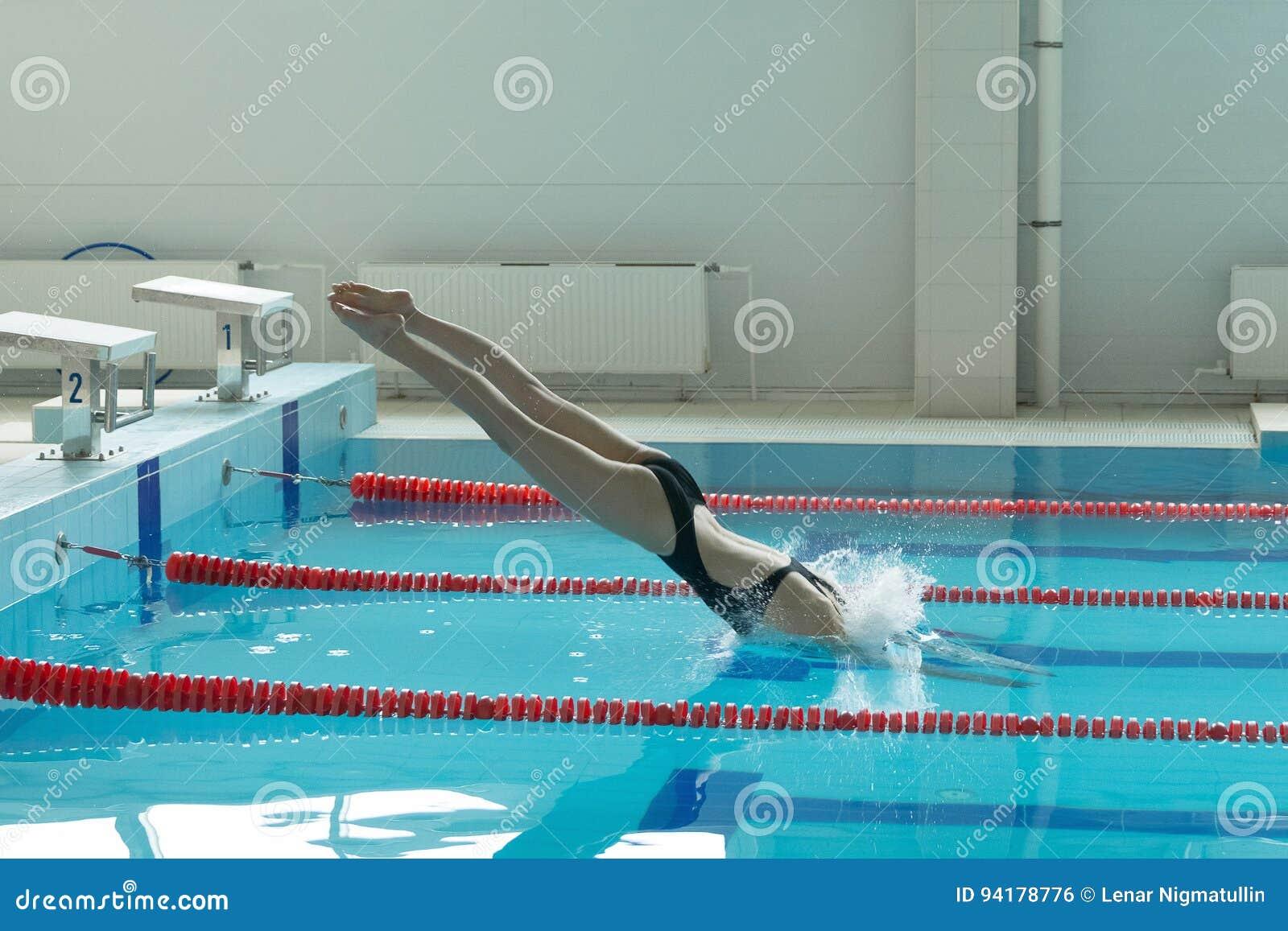 Nageuse de jeune fille ce sauter et plonger dans la for Piscine xs prix