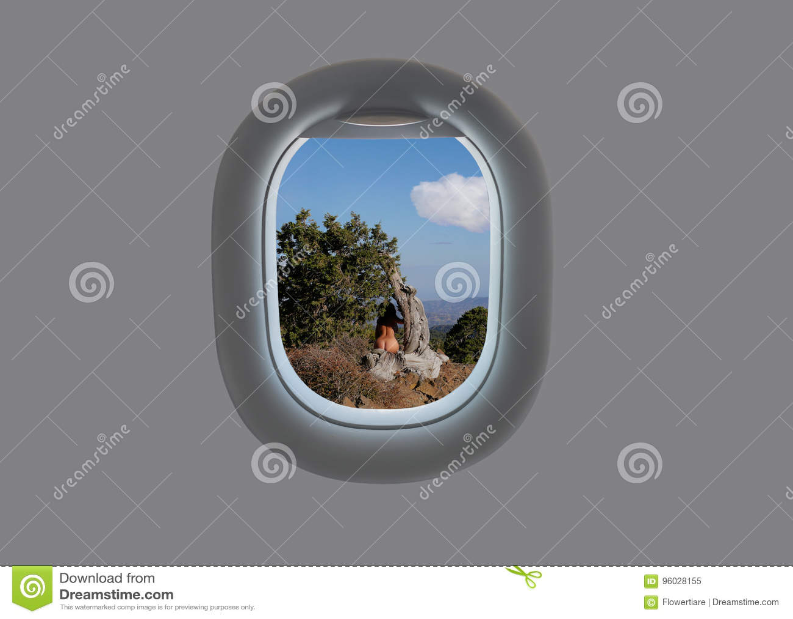 Nagi żeński obsiadanie na drzewie w blasku księżyca na Olympus górze na Cypr w płaskim okno